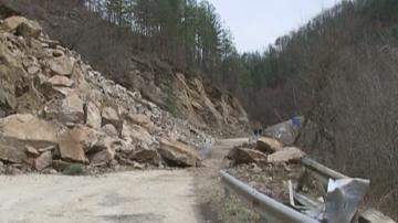 Остава затворен пътят Смолян - Мадан заради свлачище, геолози се очакват утре