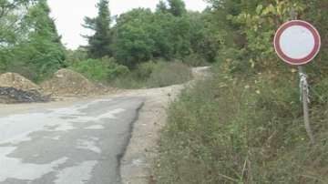 Училищни автобуси минават по свлачищен участък в Роман