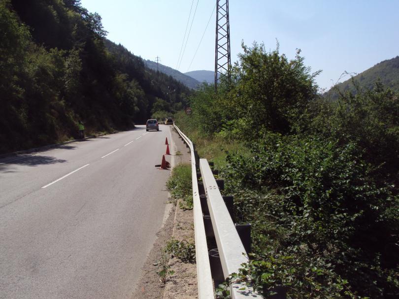 снимка 1 Започна ремонтът на пътя край Своге, където стана тежката катастрофа