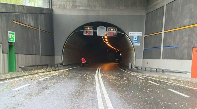 снимка 1 Жестока верижна катастрофа в тунел в Швейцария (СНИМКИ)