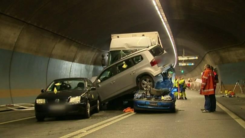 жестока верижна катастрофа тунел швейцария снимки