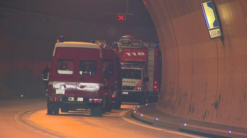 снимка 2 Жестока верижна катастрофа в тунел в Швейцария (СНИМКИ)