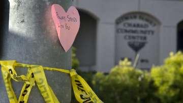 Един човек беше убит и трима бяха ранени след стрелба в синагога в Калифорния