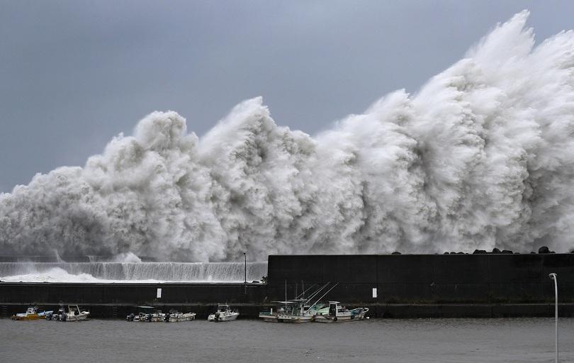 Много силен тайфун, смятан за най-мощния от 25 години, ударил