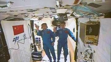 Китайските астронавти вече са на борда на Тянгун-2