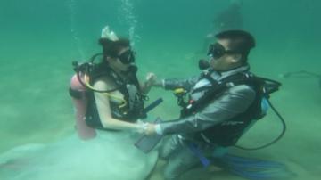 Двойка в Тайланд се ожени под вода
