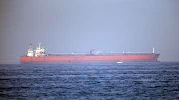 Един от атакуваните танкери в Оманския залив се придвижва към пристанище в ОАЕ