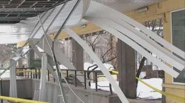 Пропадна част от окачения таван на жп гарата в Търговище