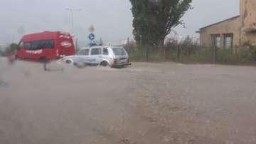 Проливният дъжд в Търговище за минути наводни улиците на града