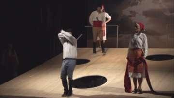 Банкови служители играят в театър в помощ на деца с увреждания