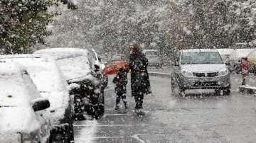 Сняг затвори училищата в Техеран