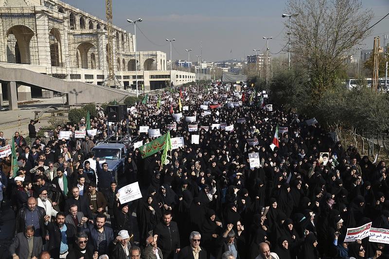 Серия от анти и проправителствени протести заляха Иран в навечерието