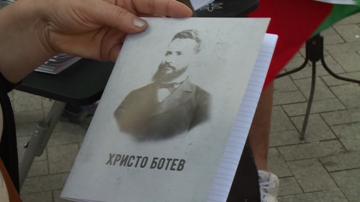 Тетрадки с ликове на личности от българската история получиха деца във Варна