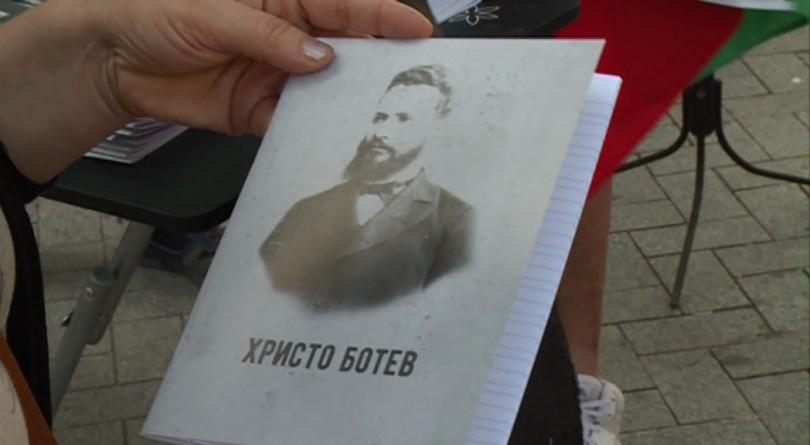 Снимка: Тетрадки с ликове на личности от българската история получиха деца във Варна
