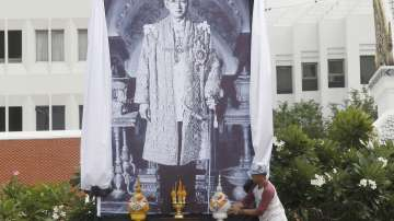 Публично наказаха жена заради обида към починалия тайландски крал