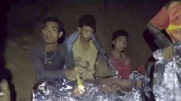 Блокираните в пещера тайландски футболисти и треньорът им ще се учат на гмуркане