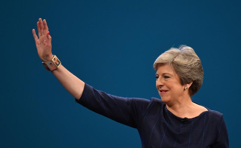 Британският премиер Тереза Мей обеща да определи график за избирането