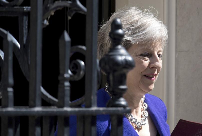 """Британският премиер Тереза Мей на излизане от """"Даунинг стрийт"""" 10"""