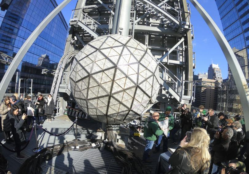 Традиционното спускане на прочутата гигантска кристална топка от покрива на