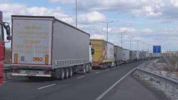 """2,5-километрова опашка от товарни автомобили на ГКПП """"Кулата"""""""