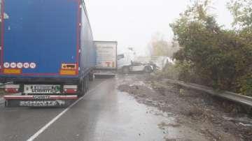 Катастрофа между 3 тежкотоварни камиона затвори международния път Е79