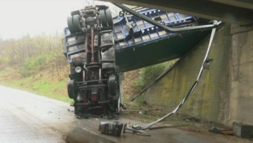 Камион се обърна на автомагистрала