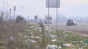 Паркингите за ТИР-овете заринати от боклуци