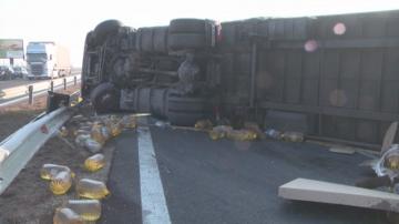 ТИР, натоварен с олио, се обърна на автомагистрала Хемус край Шумен