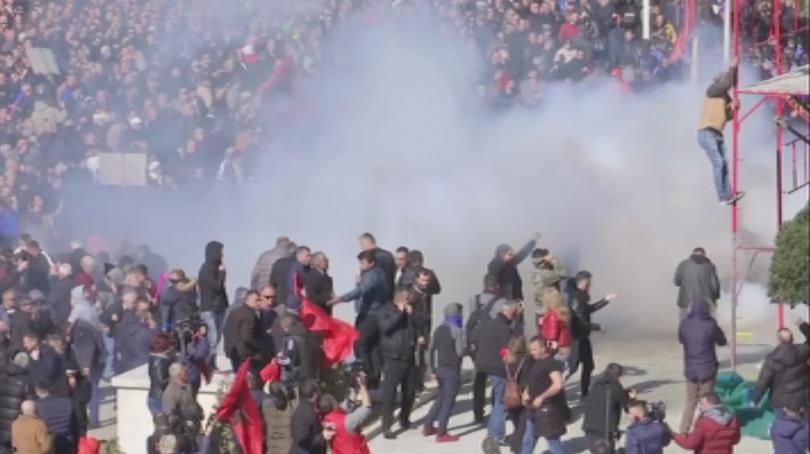 Бурни антиправителствени протести на опозицията в Албания. Полицията използва сълзотворен
