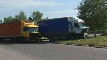 Два ТИР-а катастрофираха и затвориха пътя от Дунав мост към София