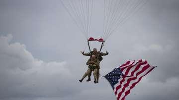 97-годишен ветеран скочи с парашут в чест на десанта в Нормандия