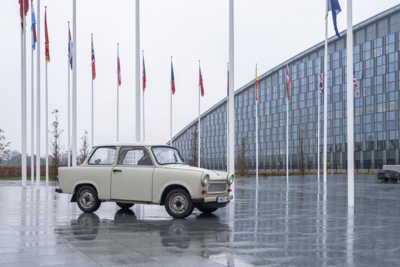снимка 1 Най-известният български трабант бе изложен в щабквартирата на НАТО