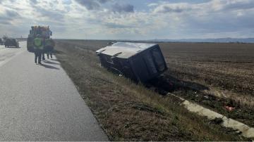 Малък автобус се обърна в канавка на магистрала Тракия