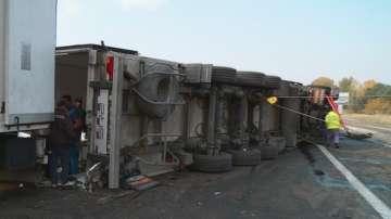 Обърнат ТИР блокира трафика по АМ Тракия, шофьорът е в болница