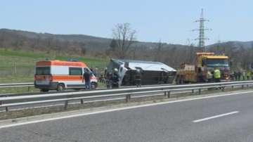 Тежка катастрофа с автобус на АМ Тракия край Вакарел, има загинали и ранени