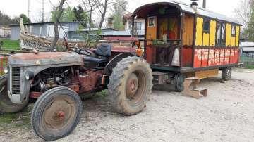 Французин обикаля света с трактор, посети и България