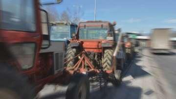 Гръцките фермери остават с тракторите по границите