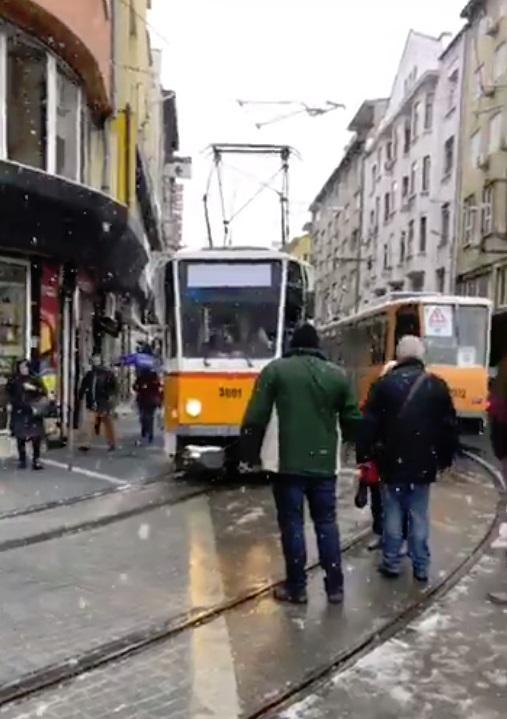 Снимка: Пуснаха пробно трамваите по ул. Граф Игнатиев