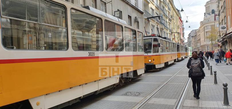 снимка 6 Трамвай дерайлира в центъра на София, пострадала е жена