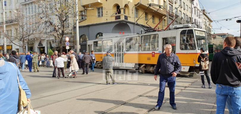 снимка 2 Трамвай дерайлира в центъра на София, пострадала е жена