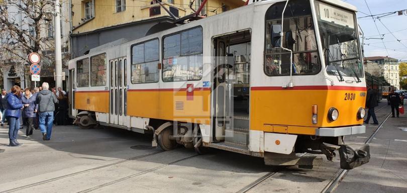 снимка 1 Трамвай дерайлира в центъра на София, пострадала е жена