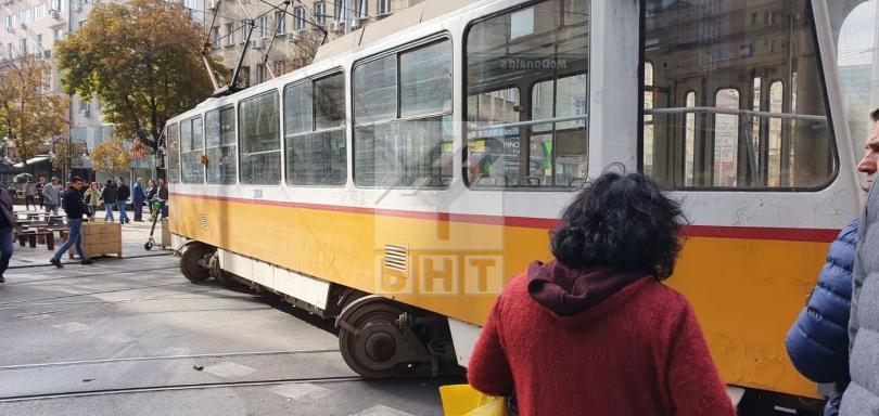 снимка 3 Трамвай дерайлира в центъра на София, пострадала е жена