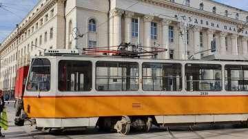 Глобяват ватманката на трамвая, който излезе от релси пред Съдебна палата