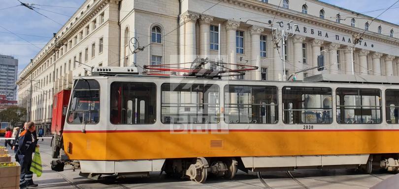 Трамвай №10 излезе от релсите пред Съдебната палата в София,