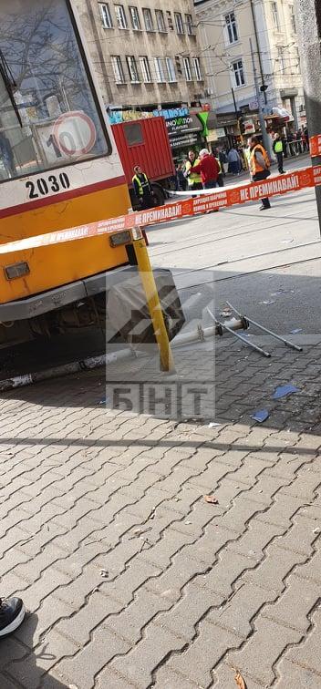 снимка 4 Трамвай дерайлира в центъра на София, пострадала е жена