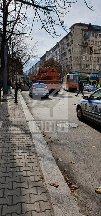 снимка 5 Трамвай дерайлира в центъра на София, пострадала е жена
