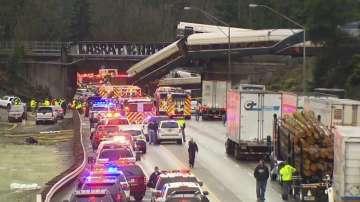 Пътнически влак в САЩ дерайлира и падна върху магистрала