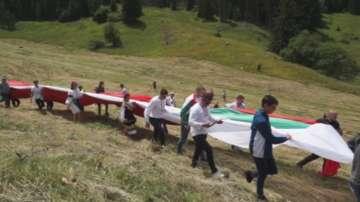 Известни български спортисти разпънаха огромен трибагреник на Роженските поляни