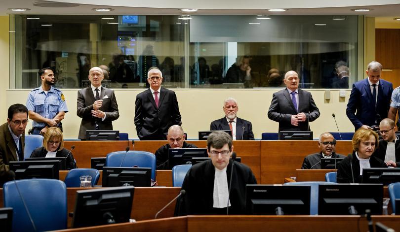 С потресаващия жест на босненския хърватски генерал Слободан Праляк, който
