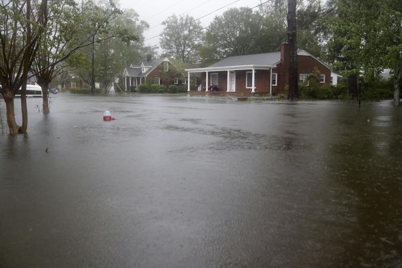 Въпреки че Флорънс отслабна от ураган до тропическа буря, американските